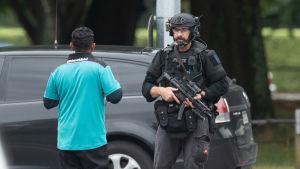 Polis beväpnad med gevär i Christchurch