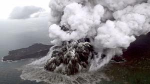 Vulkanen Anak Krakatau har ett utbrott strax före jul 2018.
