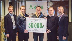 Flera män på rad håller i en skylt där det står 50 000 euro.