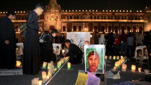 Bön för försvunna studenter i Mexico City.
