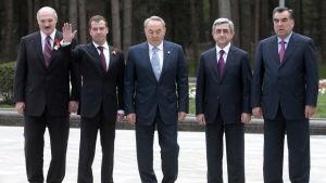 Serzj Sargsian tillsammans med andra ledare i Moskva.