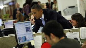 Barack Obama skickar sin första tweet 18.1.2010 under ett besök på Haiti efter jordbävningen.