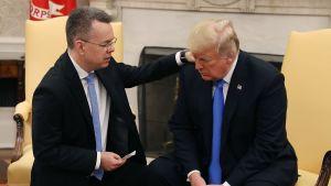 Den frigivne amerikanska pastorn Andrew Brunson ber för USA:s president Donald Trump i Vita huset den 13 oktober 2018.
