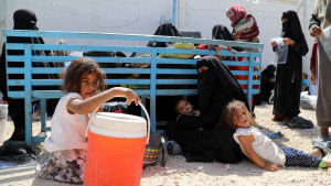 Syriska kvinnor och barn väntar på transport bort från det överfyllda lägret al-Hol i Syrien. Juni 2019.