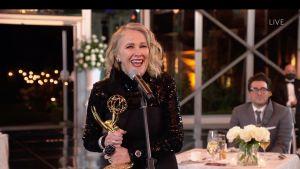 Catherine O'Hara med en Emmystaty i handen.