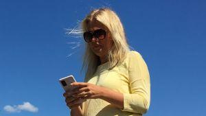 Ela Strandberg och mobilen