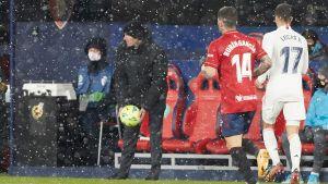 Zinedine Zidane håller i bollen framför bänken i ett snöfall.