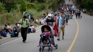 Honduranska migranter som lyckades ta sig över gränsen till Guatemala på lördagen. I karavanen finns många barnfamiljer.
