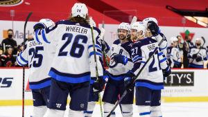 Spelarna i Winnipeg firar Blake Wheeler sena 3–3-kvittering.