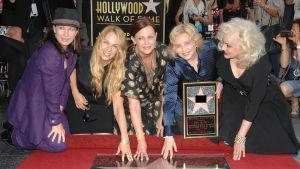 The Go-Go's poseeraa Hollywoodin Walk of Fame -tähden edessä.