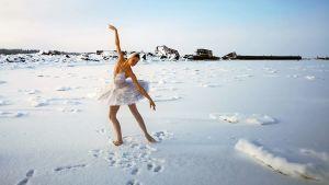 Balettitanssija tanssii jäällä ulkona.
