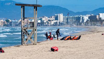 Kitesurfare har samlats på en tom strand på Teneriffa.