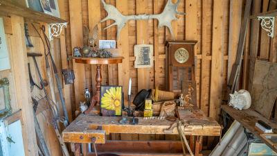 Antika föremål i på ett bord och en vägg.