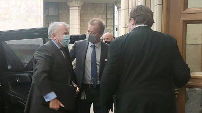 Tre män i kostym. Ambassadör John Sullivan till vänster.