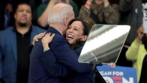 Joe BIden och Kamala Harris kramar varandra hjärtligt. Harris med ett stort leende på läpparna.