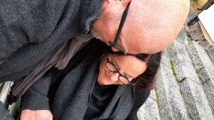 En man och en kvinna tittar tillsammans på bilder i en kamera