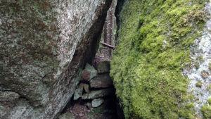 Den gamla varglyan har täppts till med stenar.