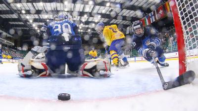 Här gör Simon Edvinsson 3–0 för Sverige.
