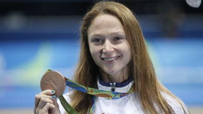 Aliaksandra Herasimenia och OS-medaljen 2016.