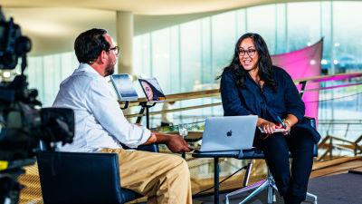 Författarna Koko Hubara och Philip Teir diskuterar.