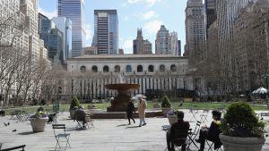 Bryant Park på Manhattan i New York ligger nästan öde under coronapandemin.