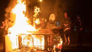 Demonstranterna tände eld på en soffa under protesterna på tisdagen.