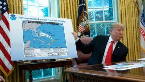 På den orkankarta som Trump visar upp finns ett mystiskt svart tuschstreck som omfattar Alabama.