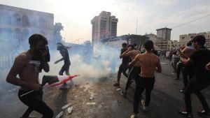 Demonstranter drabbade samman med kravallpolis nära Tahrirtorget i Bagdad