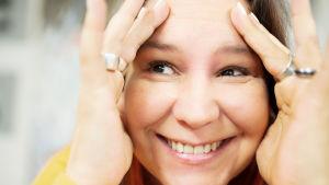 Anne Kassimäki hymyilee tiivissä kasvokuvassa.