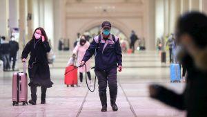 En järnvägsanställd spred desinficeringsmedel på en järnvägsstation i Wuhan ännu på onsdagen.