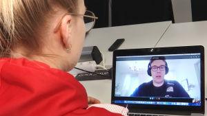 Valmentaja Markus Wirzenius ja Senni Sallinen skype-yhteydessä