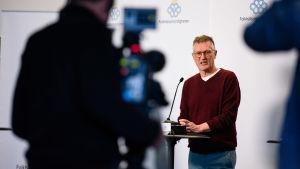 Anders Tegnell vid podiet på presskonferens.