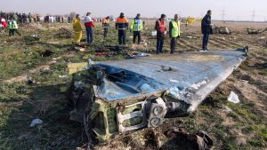 Iranska räddningsarbetare intill vrakdelar, ett 30-tal kilometer utanför Teheran, den 8 januari.