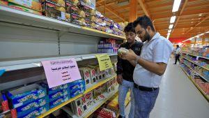 Skyltar på arabiska uppmanar kunder att bojkotta franska varor i Jemens huvudstad Sanaa