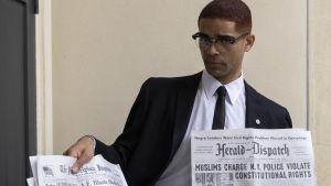 Näyttelijä Kingsley Ben-Adir roolissa Malcolm X elokuvassa One Night in Miami