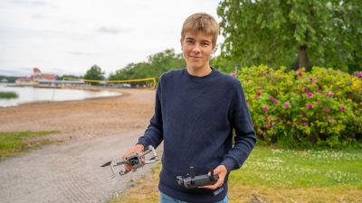Porträtt av Jonah Svenskberg som håller sin drönare i handen.