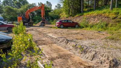 Grävskopa gräver för padelplan.