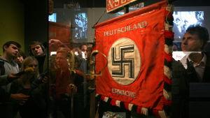 naziflagga på utställning