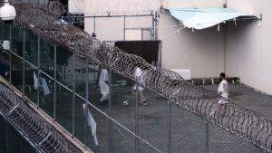 Fångar i Guantánamo Bay spelar fotboll.