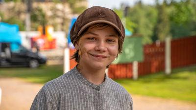 Porträtt av Edward Friis som är skådespelare i pjäsen Peter Pan.