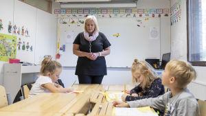 Ettor i Lestijärvi och deras lärare Paula Jokela.