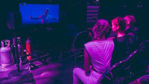 UMK-finalisti Sansa katsoo screeniltä harjoitusvideota esityksestään yhdessä koreografi Reija Wäreen kanssa.