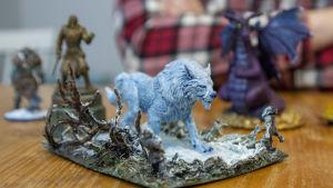 En miniatyrfigur i plast som föreställer en vit varg.