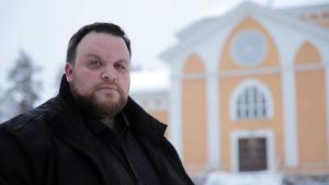Tatu Karttunen Laukaan kirkon pihalla.