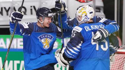 Anton Lundell och Jussi Olkinuora firar.