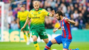 Teemu Pukki kämpar om bollen med Luka Milivojevic