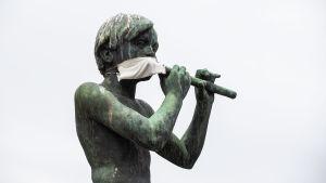Yrjö Liipolan Paimenpoika-patsas vapun aikaan Tampereella.