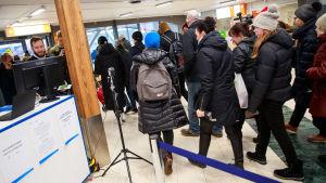 Lämpökamera mittaa matkustajien ruumiinlämmön Tallinnan satamassa.