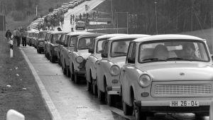 Östtyska bilar köar för att komma in i Tjeckoslovakien.