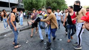 Mielenosoituksessa loukkaantunutta kannetaan